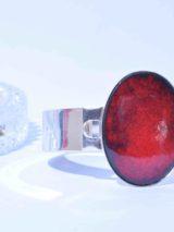 Bracelet émail serti oval rouge métal plaqué argent. Pièce unique réalisée par l'artisan d'art Béatrice Perget à Moissac, outique Au fil d'émaux. Tarn et Garonne. France