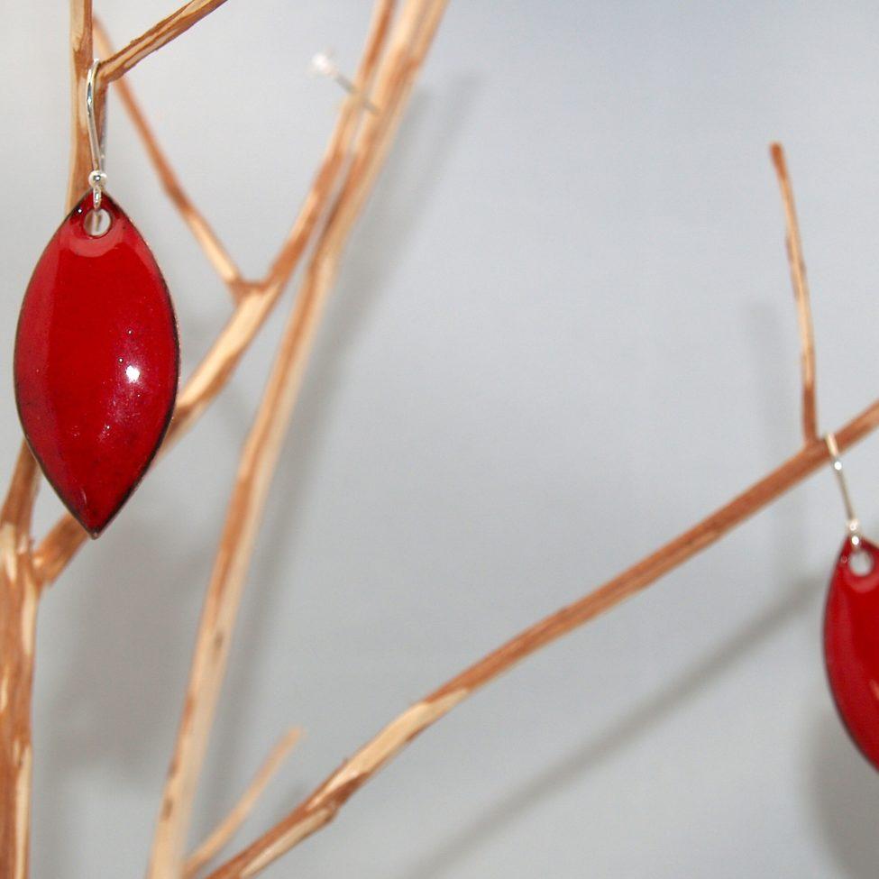 Boucles rouges en émail, formes feuilles très faciles et légères à porter. Pièce unique