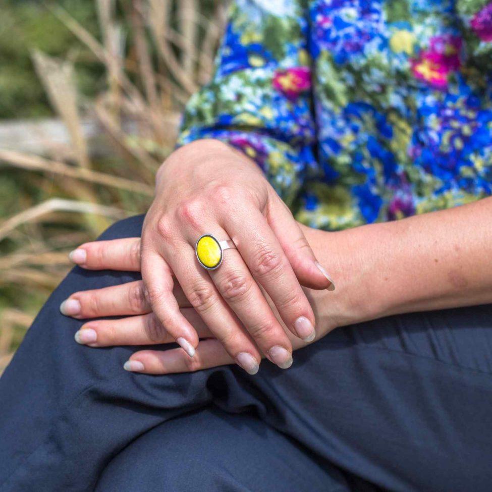 bague ovale jaune émaux pièce unique rayonnate monture argent. Bijoux de qualité. Réglable.