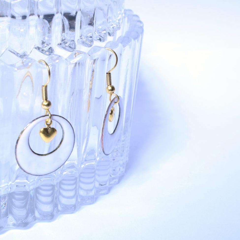 Boucles petites créoles et cœur doré blanches en véritable émail de Limoges. Collection De blanc et d'or. Bijou pour Elle. Idée cadeau St Valentin fête des mères