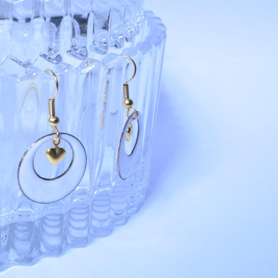 Boucles petites créoles et cœur doré blanches en véritable émail de Limoges. Collection De blanc et d'or. Bijou pour Elle. Idée cadeau St Valentin