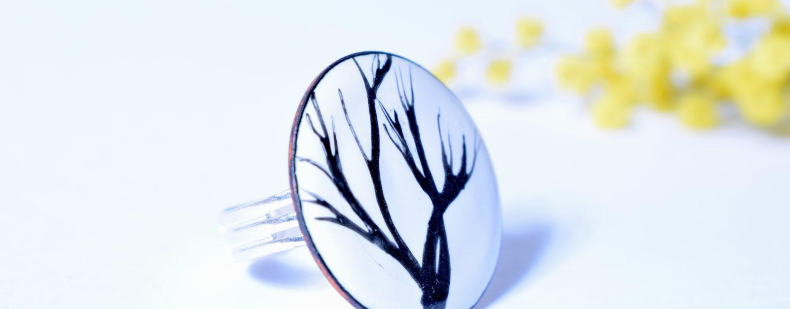 Bague ronde motif arbres et branches noire et blanche Bague motif unique arbre et branchages Faites vous plaisir avec une pièce unique, cette bague vous ravira par ses motifs fins, épurés et originaux.