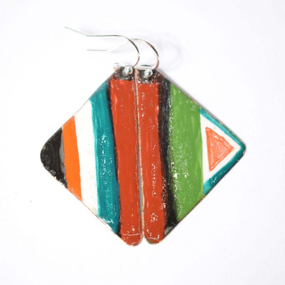 Boucles d'oreilles forme triangle, motif tipi évoquant le tipi indien. Originale et atypique, pièce unique signée et fait main de la découpe du métal à l'maillage jusqu'au motif peiny à la main. 2 cuissons à 800°c ont été nécessaires à la réalisations de ces émaux d'art.