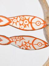 Bouclessardines oranges soleils. Des poissons à porter ! Soleil aux oreilles prévu ! Des boucles rigolotes et originales. Se faire plaisir avec des boucles hyper originales et qui plus est uniques, et amusantes ! Plus aucun prétexte pour ne pas oser la surprise ! A porter, offrir, se faire offrir comme il vous plaît! Boucles réalisées par la créatrice écailleuse d'art Béatrice Perget. Made in Moissac. France. Shop Au fil d'émaux! Boucles réalisées par la créatrice émailleuse d'art Béatrice Perget. Made in Moissac. France. Shop Au fil d'émaux