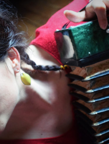 Boucles d'oreilles émaillées de jaune citron, forme feuille, très faciles à porter. Monture attaches de boucles en argent massif. Pièces réalisées main dans l'atelier-Boutique Au fil d'émaux par l'émailleuse d'art Béatrice Perget.
