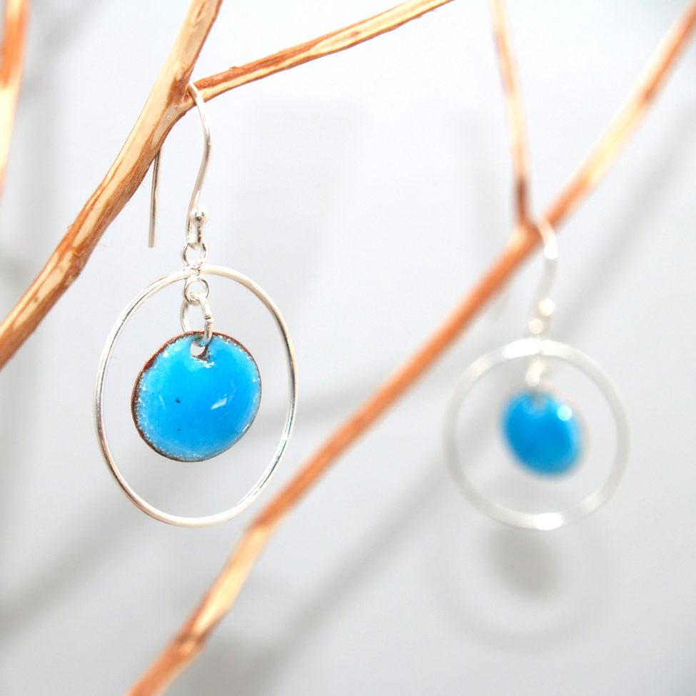 Petites boucles discrètes tout en mouvement, avec les petits ronds et anneau argent mobiles. Modèle pour tous les jours, facile à porter avec un large choix de tenues. Coloris au choix