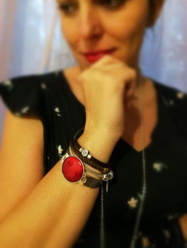 Bracelet rouge porté par une cliente Cécilia, enceinte ;) La cumulation des bracelets est très jolie