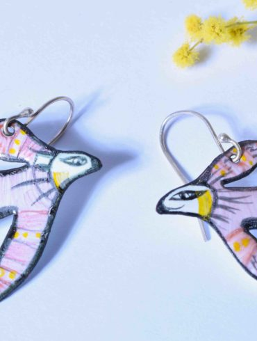Sardines en émail, boucles d'oreilles originales et amusantes colorées Au fil d'émaux, boutique Atelier d'artisanat d'art basée à Moissac, Tarn et Garonne, Occitanie, France.