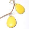 Boucles d'oreilles émaillées de jaune citron, forme goutte d'eau, très faciles à porter. Monture attaches de boucles en argent massif. Pièces réalisées main dans l'atelier-Boutique Au fil d'émaux par l'émailleuse d'art Béatrice Perget.