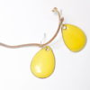 Boucles d'oreilles émaillées de jaune citron, forme goutte d'eau, très faciles à porter. Monture attaches de boucles en argent massif. Pièces réalisées main dans l'atelier-Boutique Au fil d'émaux par l'émailleuse d'art Béatrice Perget. Au fil d'émaux, Moissac, Occitanie, France. Made in France