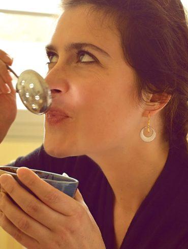 Boucles d'oreilles fait main en émaux sur cuivre. Véritable émaux d'art. Boucles petites créoles et leur petite goutte dorée. Ces boucles fines de style épuré casual sont uniques. Parfaites pour une tenue de mariage par exemple. La touche géniale d'originalité, de légèreté et de gaieté. Fabriquées dans l'atelier boutique Au fil d'émaux à Moissac, Occitanie, France, par l'émailleuse d'art Béatrice Perget.