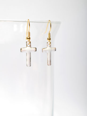 croix blanches-boucles-oreille-mode-émail-pièce-unique-au fil d emaux