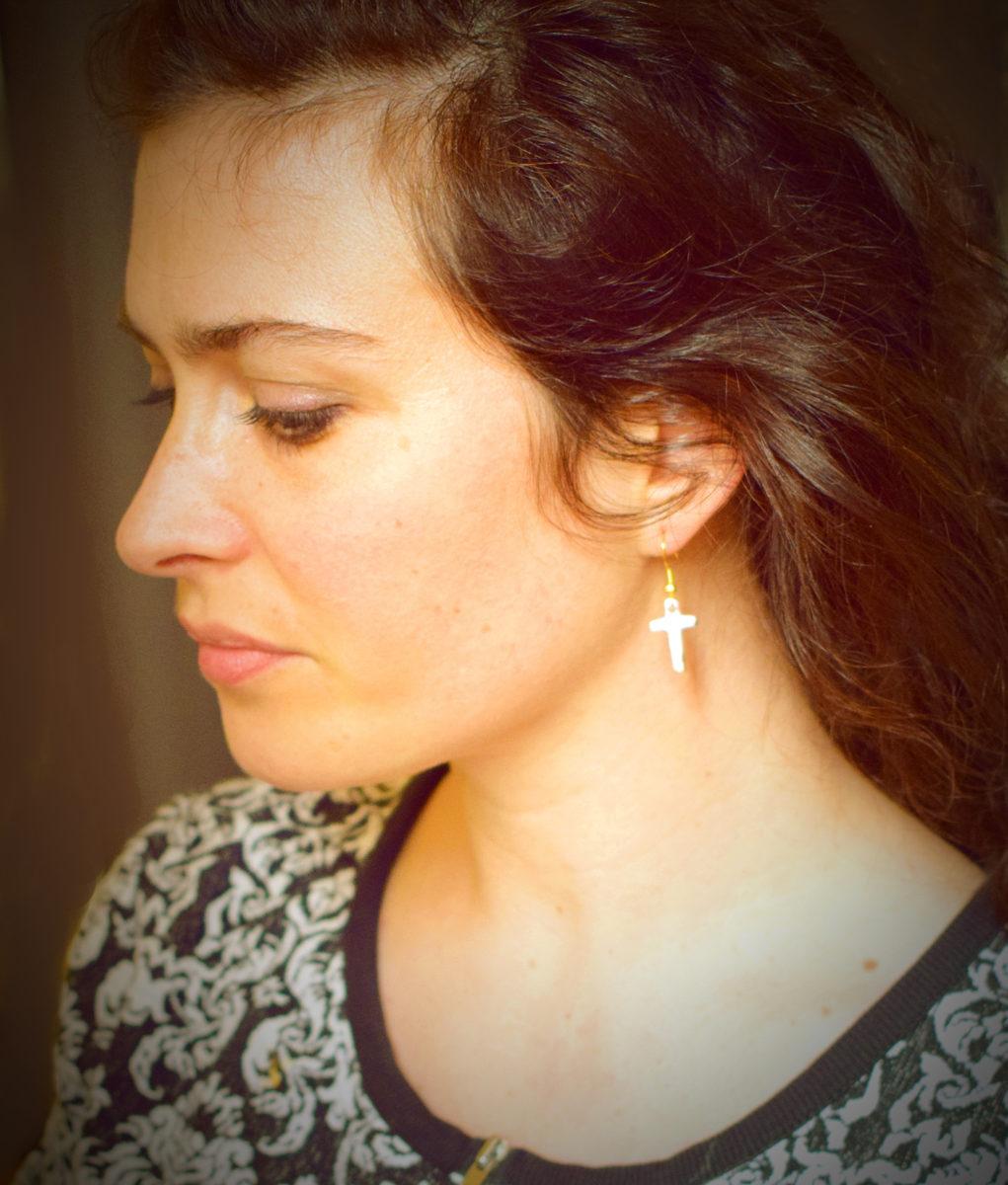Béatrice Perget Créatrice de bijoux en émaux sur métal. Artisane émailleuse d'art Boutique Atelier Au fil d'émaux Moissac, Occitanie, FRANCE