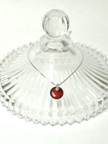 Collier pendentif médaille rouge