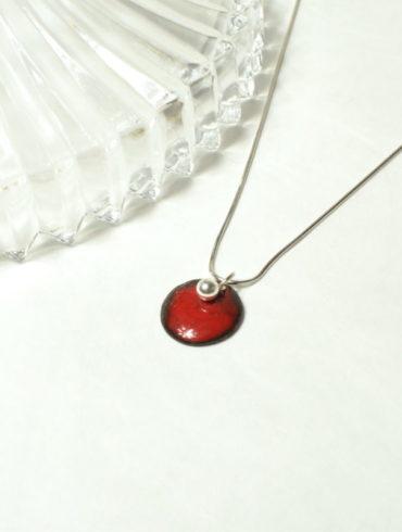 au-fil-d-emaux-beatrice-perget-collier-pendentif-médaille-rouge-emaux-chaine-argent-realise-main-enamel