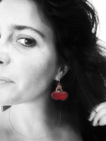 boucles d'oreilles cerises portées