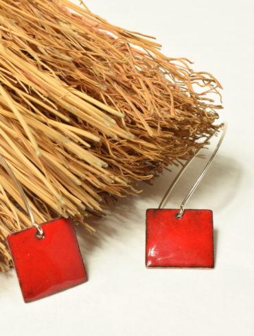 Boucles petits carrés rouges attache contemporaine longue