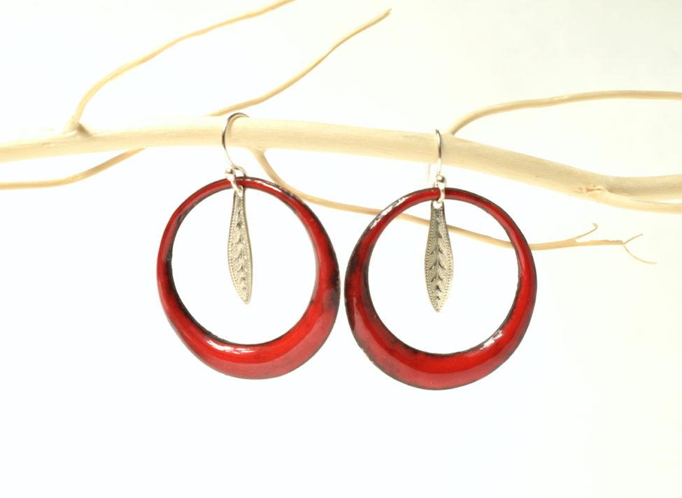 Boucles créoles rouges et feuille bohème. Emaux