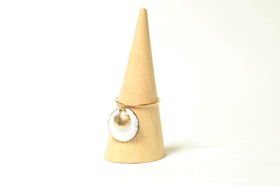 Bague anneau fin d'or, pampille émail et coquille St Jacques dorée