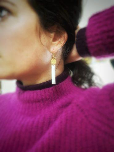 Boucles d'oreilles pendantes rectangles blancs et octogone doré