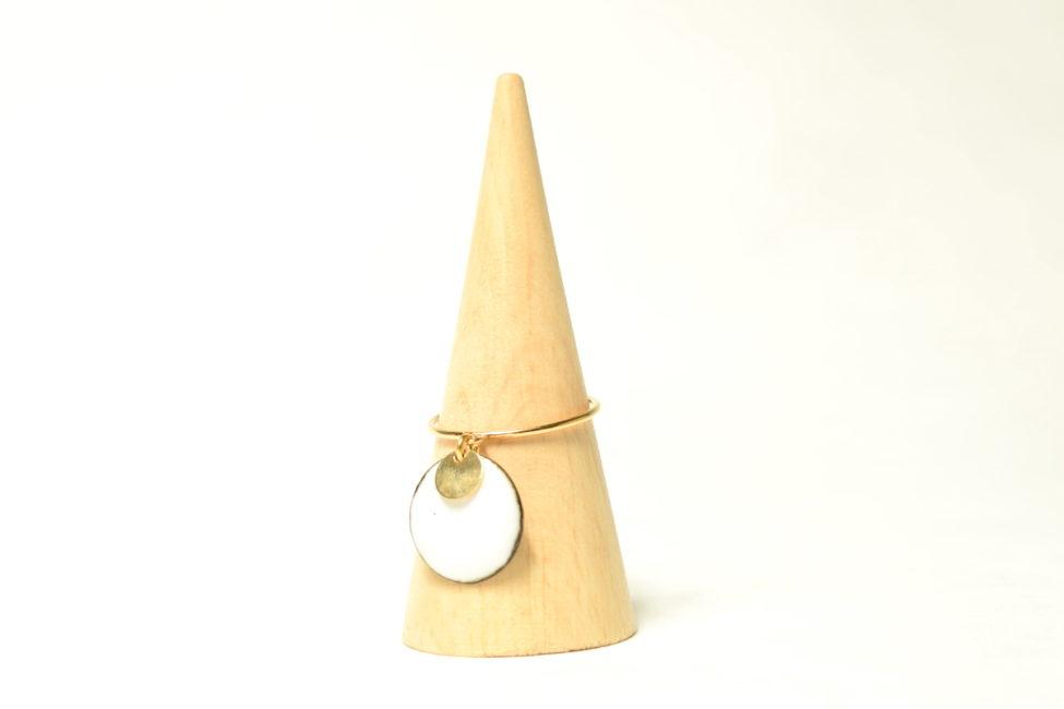 Bague anneau fin pampille blanc et or