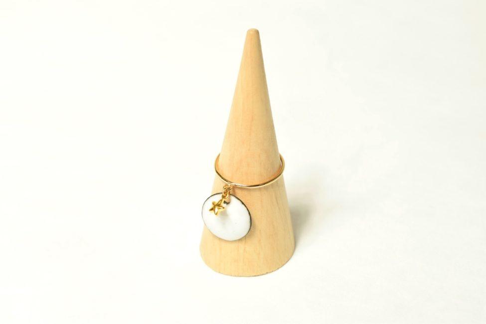 Bague anneau fin d'or, pampille émail et breloque étoile dorée