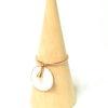 Bague anneau fin d'or, pampille émaillée et breloque goutte dorée