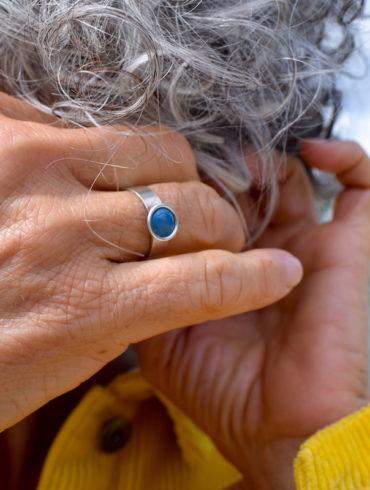 bague-argent-massif-petit-rond-bleu-emaux-alliance-aufildemaux-moissac-tarnetgaronne-occitanie-artisan