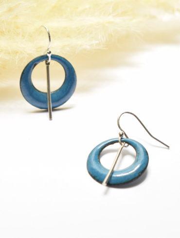 Boucles-D-oreilles-pendantes-email-bleu-cercle-ajoure-petite-barre