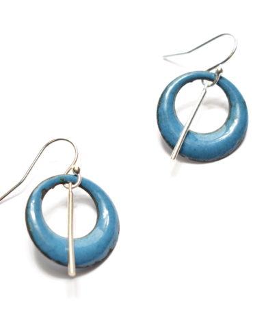 Boucles d'oreilles petites créoles en émail de couleur bleu bondi et fines aiguilles en argent-massif