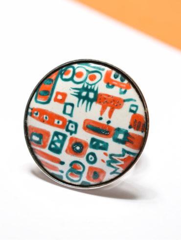 Bague ronde en émail peint aux motifs patchwork et sertie sur monture en argent-massif