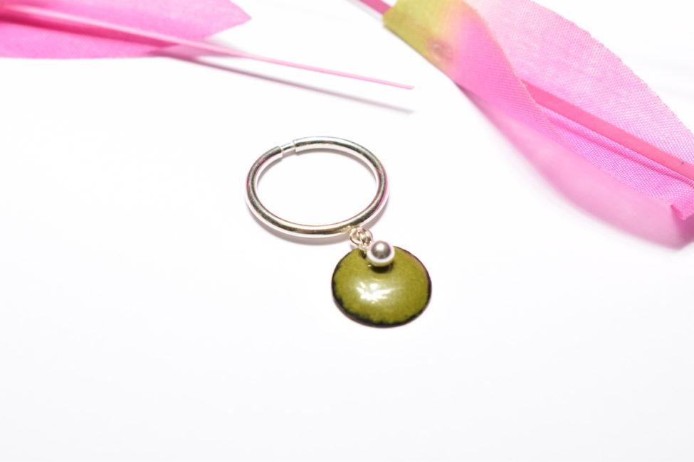 Bague pampille perlée vert olive et monture ajustable en argent