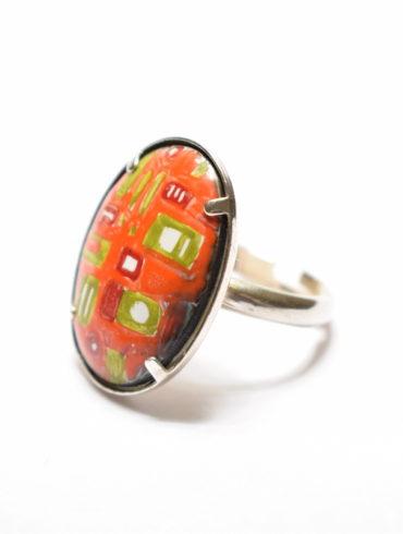 Bague grand ovale en émail peint sertie griffes sur une monture argent aux motifs patchwork colorés