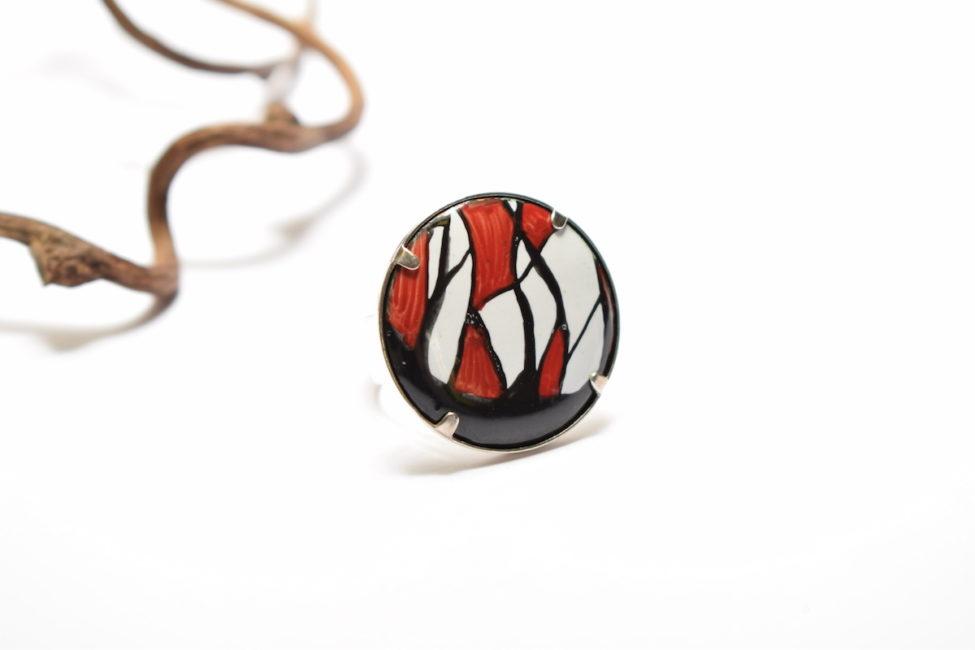 Bague ronde en émail peint à la main au motifs abstrait rouges et noirs sertie sur une monture argent-massif ajustable