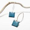 Boucles d'oreilles en émail bleu bondi, montées sur de fines attaches en argent-massif
