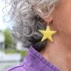 Boucles d'oreilles grandes étoiles jaunes émaillées sur cuivre