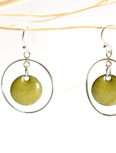 boucles-oreille-argent-emaux-vert-legeres-mobiles-fines-fabrication-occitanie-au-fil-d-emaux