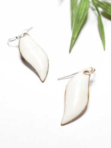 boucles-oreille-emaux-blanches-attaches-argent-massif-flammes-artisanal-aufildemaux