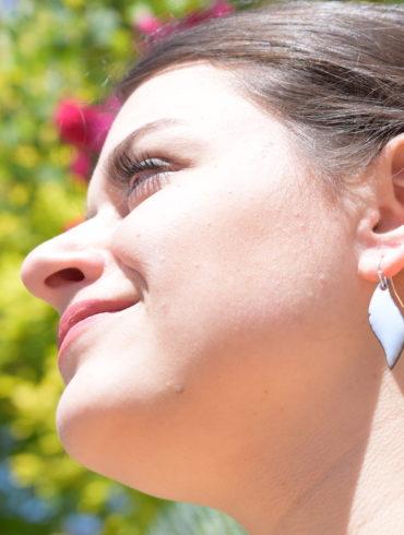 Boucles d'oreilles petites flammes en émail, de couleur bleu-gris