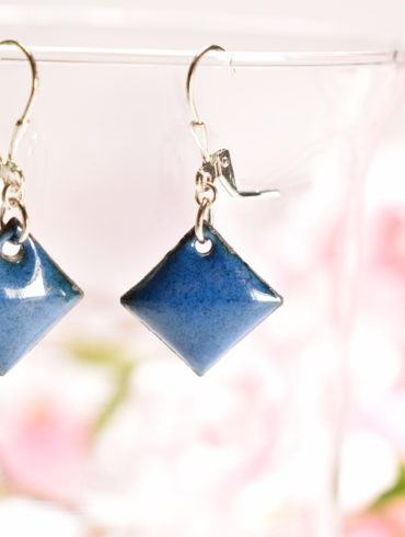 boucles-oreille-fines-bleu-dormeuses-argent-925-emaux-d-art-fait-main-artisanal-aufildemaux-beatrice-perget-emailleuse-moissac-occitanie-toulouse-Made-in-france
