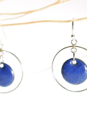 Boucles d'oreilles petits ronds émaillés de couleur bleu indigo et créoles mobiles en argent