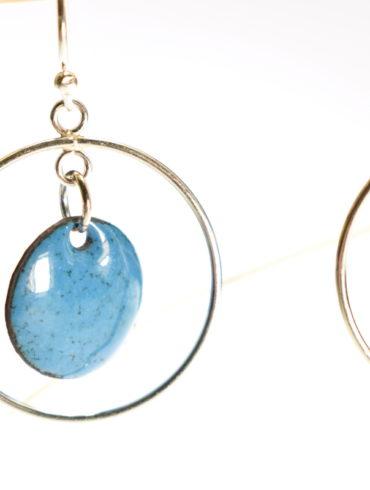 Boucles d'oreilles en émail de couleur bleu bondi et fines créoles mobiles en argent
