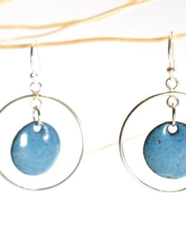 boucles-oreille-mobile-argent-petit-rond-bleu-émaux-art-creation-fabrication-occitanie-aufildemaux-beatrice-perget-toulouse