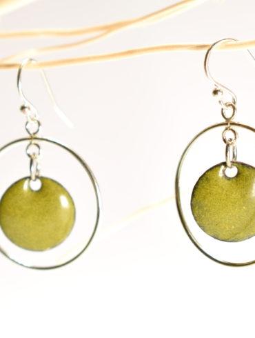 Boucles d'oreilles créoles en argent mobiles et petit rond en émail vert olive
