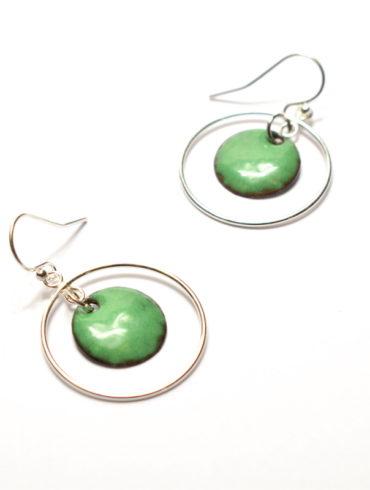 Boucles d'oreilles petit ronds émaillés de couleur vert foncé à créoles mobiles en argent