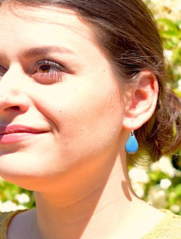 boucles-oreille-pendantes-petite-goutte-bleu-emaux-bijou-unique-creation-aufildemaux-occitanie