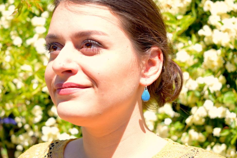 Boucles d'oreilles en émail bleu bondi en forme de petites gouttes d'eau
