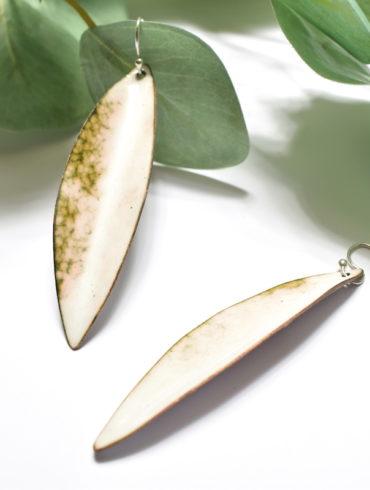 Boucles d'oreilles longues feuilles blanches marbrées