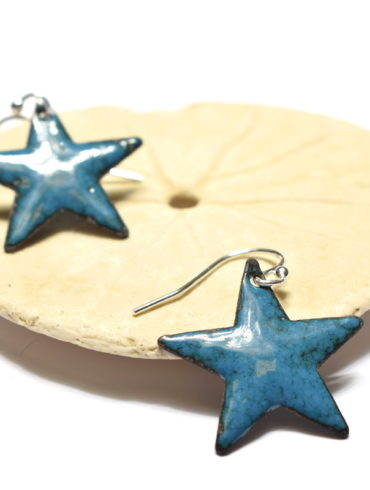 boucles-oreilles-petites-etoiles-bleu-bondi-emaux-art-artisanat-art-beatrice-perget-moissac