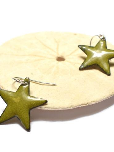 Boucles d'oreilles petites étoiles vert olive en émail